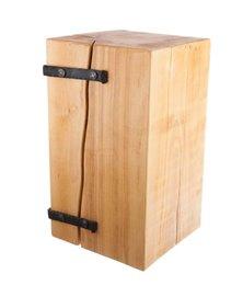 Holzblock mit Schmiedeelementen