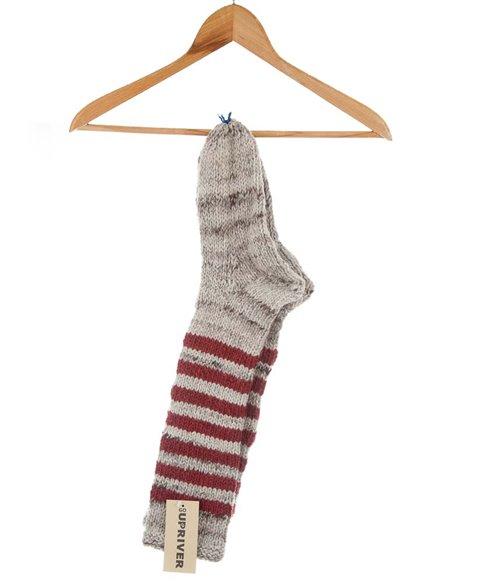 Gestrickte Socken mit dunkelroten Streifen