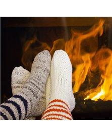 Gestrickte Socken mit dunkelbraunen Streifen