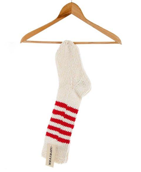 Gestrickte Socken mit roten Streifen