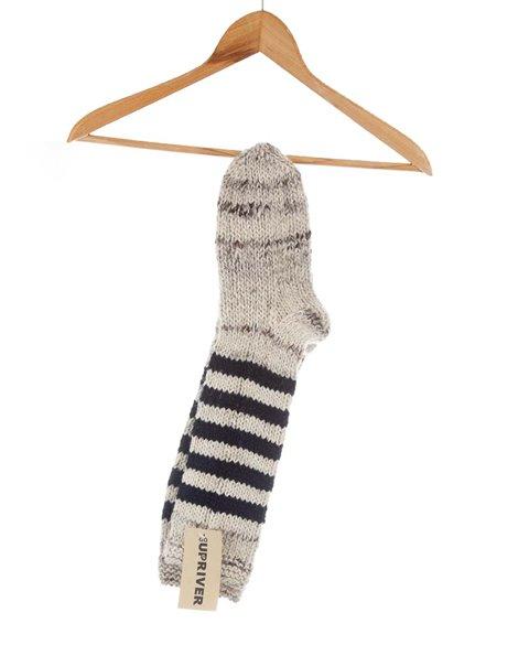 Gestrickte Socken mit blauen Streifen