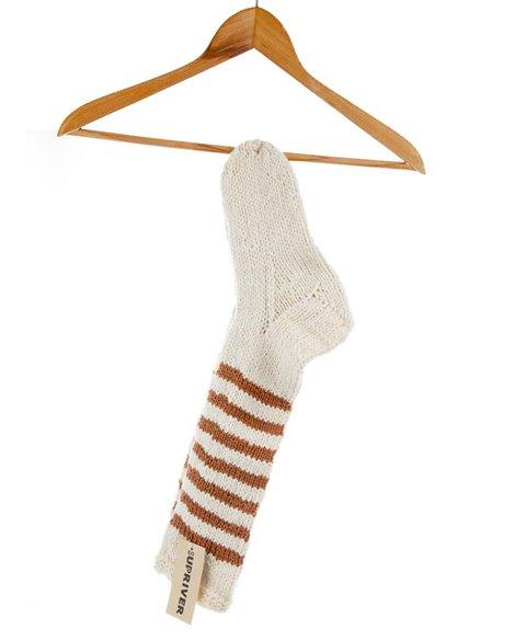 Gestrickte Socken mit hellbrauen Streifen